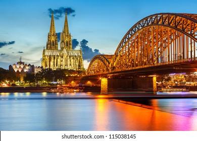 Ver en la Catedral de Colonia y el Puente Hohenzollern, Alemania
