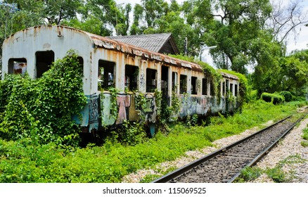 古い放棄された鉄道車両
