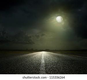 Camino nocturno y luz de luna