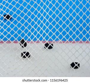 ナイロン網のクローズアップビュー。背景のカラーパターン、これらはホッケーアイスのロゴです。ネットは、パックがホッケーファンに当たらないようにするためのものです。