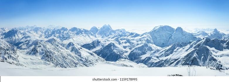 Schneebedeckter Kaukasus mit dem Berg. Ushba am sonnigen Wintertag. Blick von den Pastuchova-Klippen auf die Elbrus-Skipiste, Kabardino-Balkarien, Russland