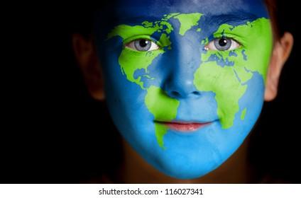 Retrato de un niño con un mapa del mundo pintado, primer plano
