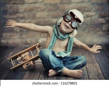 Un niño pequeño jugando