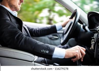 彼の車を運転する男