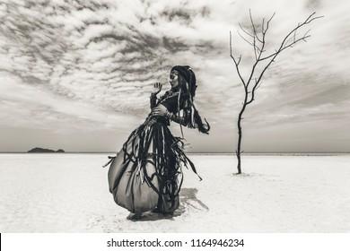 Hermosa bailarina tribal con estilo joven. Mujer en traje oriental bailando al aire libre
