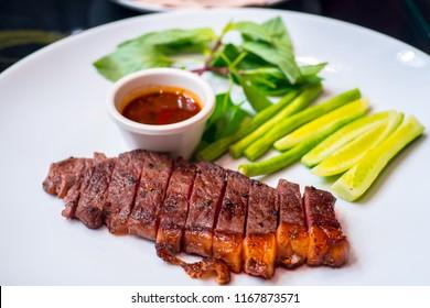 beau steak maison aux légumes frais et sauce épicée. Le steak servi comme plat signature dans un restaurant local en Thaïlande.