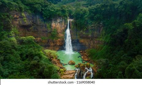 Schöne Landschaft des Gitgit-Wasserfalls, der im tropischen Wald versteckt wird. Geschossen in Bali, Indonesien