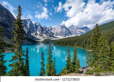 Lago Moraine durante el verano en el Parque Nacional Banff, Canadian Rockies, Alberta, Canadá.