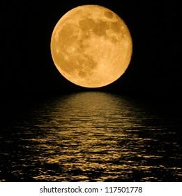 冷たい夜の水の上に満月