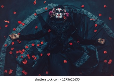 Calavera Catrina sentada en un trono. Maquillaje de calavera de azúcar. Dia de los muertos. Dia de los Muertos. Víspera de Todos los Santos.