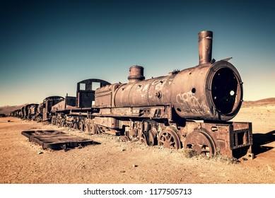 ボリビアのウユニの列車の墓場に捨てられた古いさびた機関車