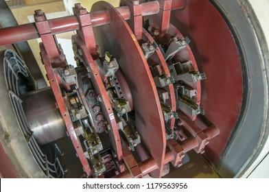 110メガワットの発電機(ブラッシングホルダー)の電気励起システム。バハカリフォルニアの地熱発電所。メキシコ