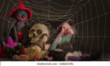 Kleiner alter Mann, der unter einem Schädel schläft. Große schwarze Witwenspinne und ulgy alte Hexe einer Hexe in der Nähe. Großformat für Tapeten.