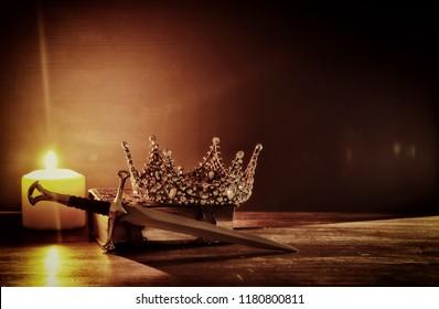 rustig beeld van prachtige koningin / koningskroon en zwaard. fantasie middeleeuwse periode. Selectieve aandacht