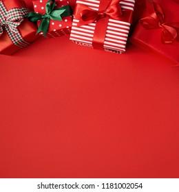 Desde arriba vista de unos hermosos obsequios envueltos decorados con cintas de colores y compuestos en rojo. Formato cuadrado. Concepto de navidad