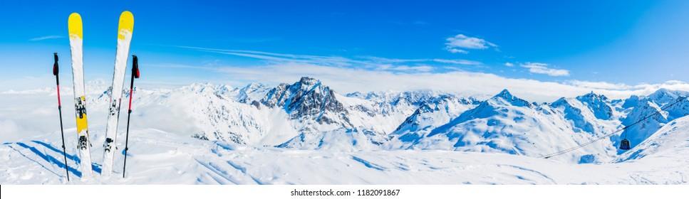 Skifahren in der Wintersaison, Berge und Skitourenausrüstungen an der Spitze an sonnigen Tagen in Frankreich, Alpen über den Wolken.