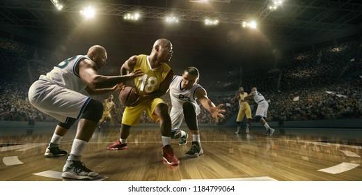 Basketballspieler auf großer professioneller Arena während des Spiels. Spannender Moment des Spiels. Männliche kaukasische und schwarze Spieler kämpfen um den Ball