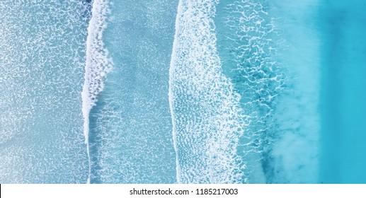 Playa y olas desde la vista superior. Fondo de agua turquesa desde la vista superior. Paisaje marino de verano desde el aire. Vista superior desde drone. Idea y concepto de viaje