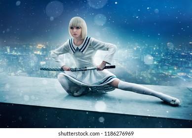 Chica anime con espada en el borde del techo del rascacielos