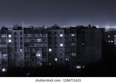Foto de larga exposición nocturna Edificios de gran altura de 9 y 10 pisos en colores blanco y negro. ¡La vida en la gran ciudad está aquí!
