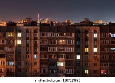 Foto de larga exposición nocturna Edificios de gran altura de 9 y 10 pisos en colores naranja. ¡La vida en la gran ciudad está aquí!