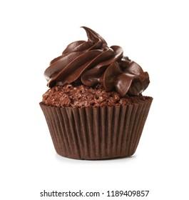 Cupcake de chocolate sabroso sobre fondo blanco.