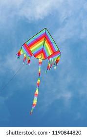 虹色の凧が青空高く舞う