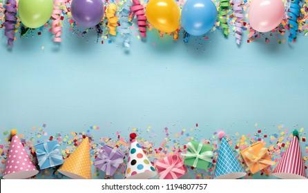 Decoración de fiesta de cumpleaños, globos, serpentinas, sombreros y cajas de regalo.