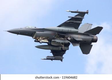 Avión de combate armado desde abajo