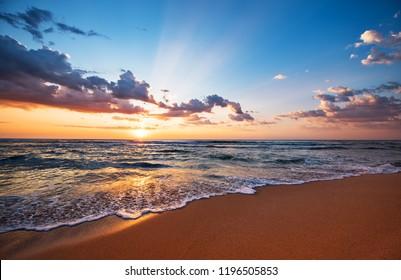 Colorido océano playa amanecer.