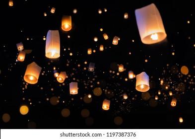 Loy Krathong und Yi Peng Festival füllten den Himmel mit Laterne in Chiang Mai Thailand.