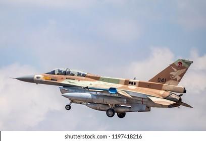 F-16D「バラク」がラマトダビッド空軍基地に着陸しようとしています