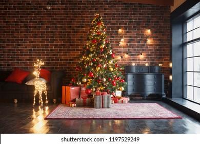クリスマス、赤レンガの壁の背景、花輪とボールで飾られたモミの木、暗い引き出しと鹿の図と新年のインテリア