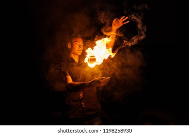 Feuershow. Fakir jongliert mit Feuer Poi. Nachtvorstellung. Illusion eines schwebenden Objekts
