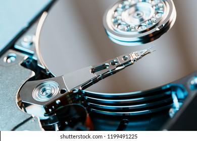 Disco duro desmontado de la computadora, hdd con efecto espejo. Disco duro abierto desde el disco duro de la computadora con efectos de espejo. Parte de la computadora, computadora portátil.