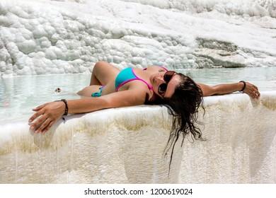 Pamukkale. Turquía.Junio 7, 2018.Niña nada en la piscina de aguas termales y travertino Pamukkale