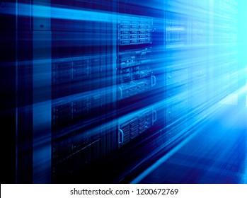 Párese con el hardware del servidor y la iluminación en la sala de movimiento borroso
