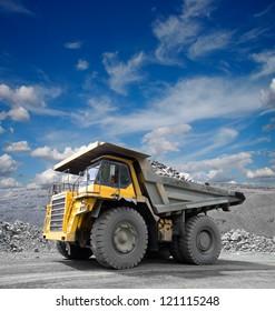 Schwerer Bergbau-LKW, der durch den Eisenerz-Tagebau fährt