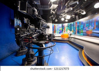 La cámara en el estudio está transmitiendo a periodistas leyendo noticias. Fondo borroso tiene periodista o reportero.