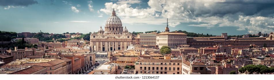 イタリア、バチカン市国のサンピエトロ大聖堂とローマのパノラマビュー。美しいローマのスカイライン。上からローマの素敵なパノラマ。夏のランドマークとローマの街並み。ローマとの水平バナー。
