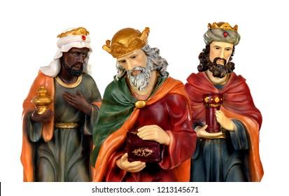 Los Reyes Magos y el Niño Jesús. Figuras de cerámica aisladas sobre fondo blanco.