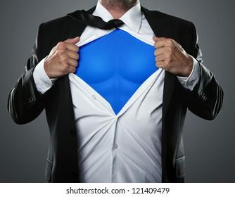 Junger Geschäftsmann, der sich wie ein Superheld verhält und sein Hemd mit Kopierraum abreißt