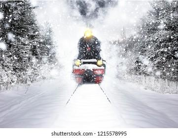 雪の中の古いヴィンテージ列車。冬の雪の森で冬の雪の森の電車に乗る。おとぎ話の冬の風景