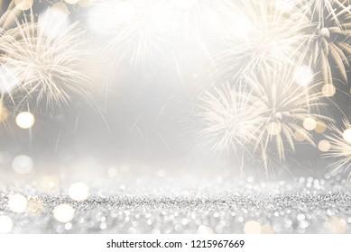 大晦日とコピースペースでの金と銀の花火とボケ味。抽象的な背景の休日。