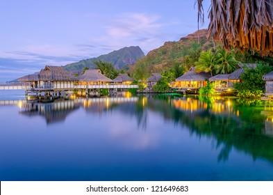 Bungalows sobre el agua al anochecer, Polinesia Francesa