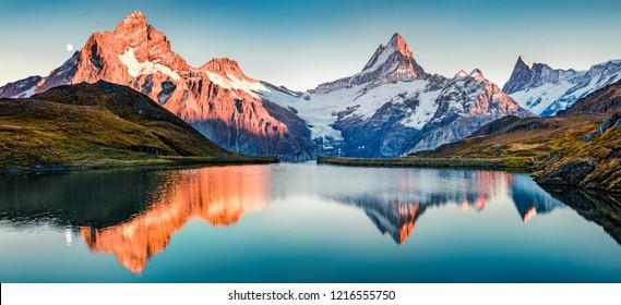 Bachalp湖/スイスのBachalpseeの素晴らしい夜のパノラマ。スイスアルプス、グリンデルヴァルト、ベルナーオーバーラント、ヨーロッパの美しい秋の夕日。自然の美しさの概念の背景。