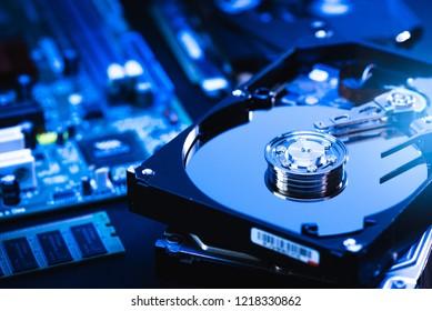 La imagen abstracta del interior de la unidad de disco duro en el escritorio del técnico y la placa base de una computadora como componente. el concepto de datos, hardware y tecnología de la información.