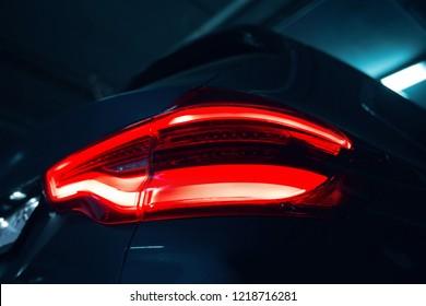 現代のSUV車のテールライト
