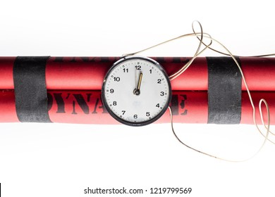 Bomba detonador de dinamita aislado sobre fondo blanco.