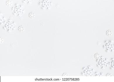 Kerst samenstelling. Kerst frame gemaakt van sneeuwvlokken op pastel grijze achtergrond. Winter concept. Plat leggen, bovenaanzicht, kopie ruimte
